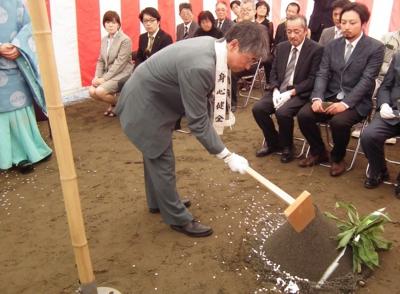 渋谷理事長による鍬入れ